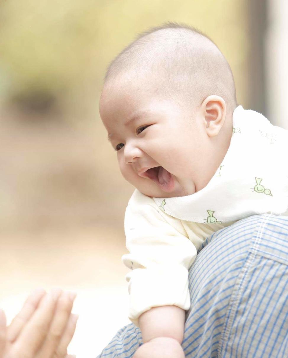 Con trai Lưu Trung Hiếu luôn nở nụ cười thật tươi trong ngày đám cưới dì.