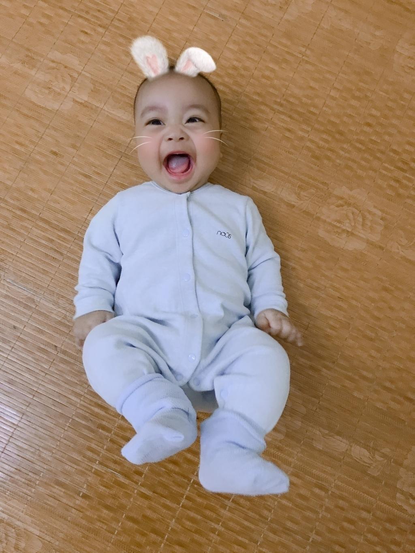 Chàng trai mặt trời của chị Lưu Thùy Lê là một trong số những bài dự thi đoạt giảituần ba cuộc thi Khoảnh khắc lần đầu của bé.