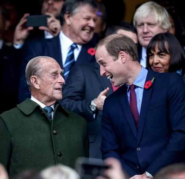 Hoàng thân Philip và Hoàng tử William đi xem chung kết giải Bóng bầu dục thế giới vào tháng 10/2015. Ảnh: Instagram.