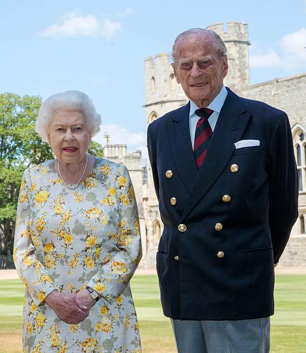 Nữ hoàng Elizabeth II và Hoàng thân Philip tại Lâu đài Windsor trong thời gian cách ly. Ảnh: Instagram.