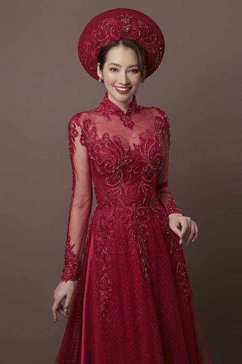 Trong lần trở lại showbiz sau kết hôn, hoa hậu Trương Tri Trúc Diễm nhận lời giới thiệu các mẫu áo dài cưới của NTK Minh Châu. Người đẹp khéo léo khoe dáng trong những mẫu áo dài cách điệu, là phép cộng giữa nét truyền thống của tà áo dài dân tộc và thời trang cưới hiện đại.