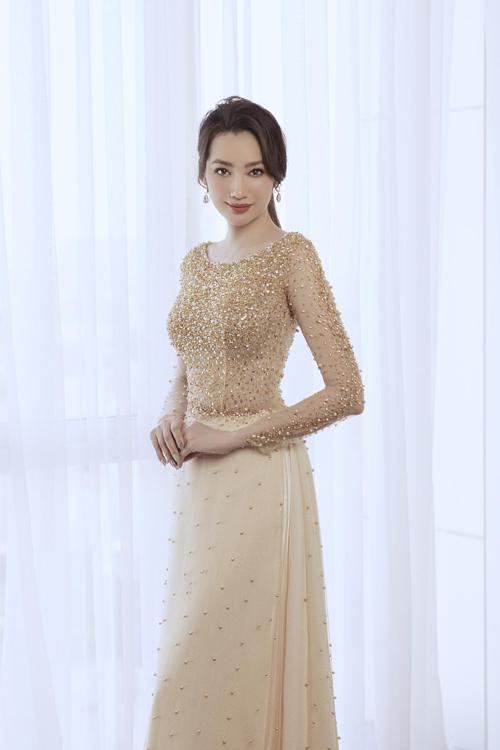 Áo dài đính hạt bắt sáng, giúp cô dâu nổi bật, đặc biệt là khi có ánh nắng chiếu vào.