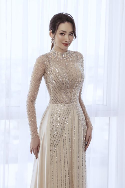 Bộ cánh có cổ trang sức theo kiểu váy cưới, phần thân trên của áo được may thêm vải lót tiệp màu da, giúp nàng dâu gợi cảm mà vẫn giữ sự an toàn của trang phục.