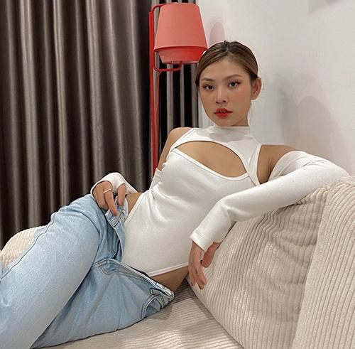 Áo cut-out tông trắng, khai thác những khoảng hở táo bạo được Chúng Huyền Thanh sử dụng cùng quần jeans xanh cổ điển.