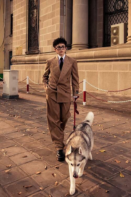Gil Lê cool ngầu khi chụp ảnh cùng chó cưng trên phố Sài Gòn.