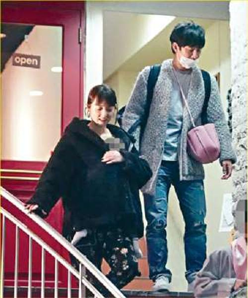 Vợ chồng Watabe cùng con trai ra ngoài.