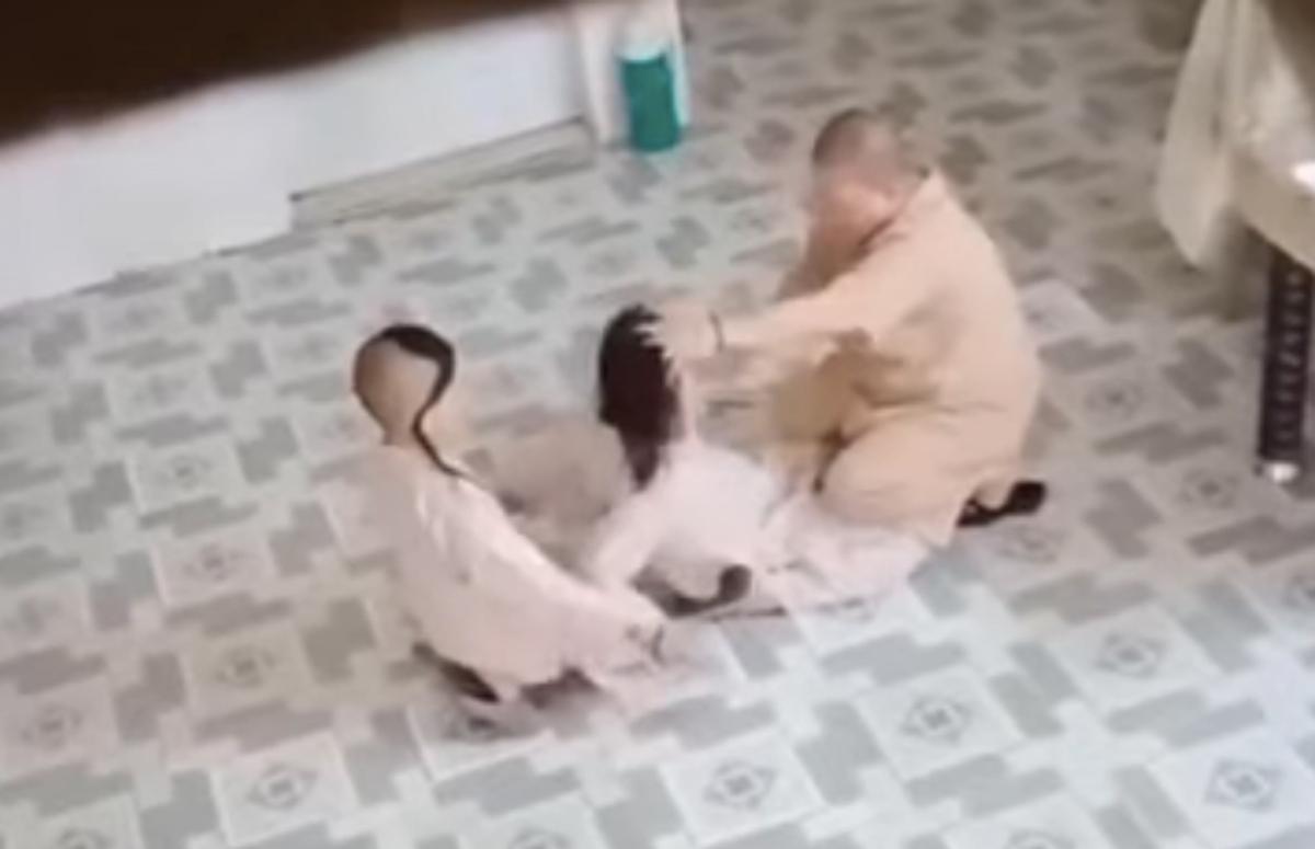 Sư cô Hạnh Thảo ghì tóc, tát má tiểu ni. Ảnh cắt từ video.