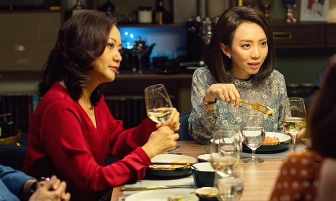 Diễn chung với Hồng Ánh trongTiệc trăng máucó hoa hậu hài Thu Trang. Cô vào vai một phụ nữ nội trợ suốt ngày bận rộn trong góc bếp, ăn mặc luộm thuộm, ít tiếp xúc với đời sống xã hội, bị chồng dè bỉu. Khác với đa số vai chọc cười Thu Trang từng thể hiện, nhân vật này - trong phim gốc - vừa tạo ra tiếng cười vừa mang đến cảm giác xót xa. Cô đóng vợ chồng với vua phòng vé Thái Hòa.