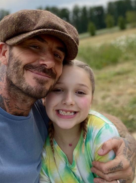 Becks ôm con gái cưng Harper trong buổi đi dạo. Ảnh: Instagram.