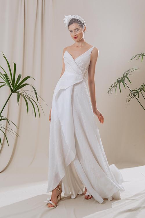 Váy Windy là mẫu đầm hai dây tạo kiểu, có phần tùng váy thướt tha, tạo độ bồng xoè khi di chuyển. Mẫu đầm thích hợp để khiêu vũ trong tiệc cưới, giúp từng nhịp nhảy múa sinh động, uyển chuyển.