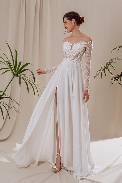 Váy Letia Dành cho những cô dâu yêu thích vẻ đẹp tự nhiên, từ những phần cắt cup tạo độ hở và chân váy xẻ cao 1 bên. Điểm nhất từ hoạ tiết thêu hoa quanh thân áo tinh tế, tại cảm giác gợi cảm trong sự kín đáo.