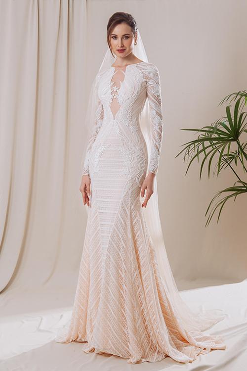 Váy Latan mang kiểu dáng đuôi cá ôm sát cơ thể và được làm mới hơn nhờ chất liệu vải kẻ sọc xoay chiều, là gợi ý hoàn hảo cho bộ ảnh cưới chụp ngoài biển.