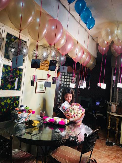 Mẹ của Alyssa ôm bó hoa do chồng gửi tặng trong lễ kỷ niệm 25 năm ngày cưới hôm 10/6 ở Philippines. Ảnh: Facebook.