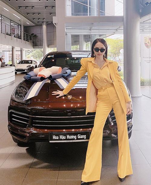 Khi muốn xây dựng hình ảnh quý cô thành đạt và sang trọng, hoa hậu Hương Giang cùng nhiều người đẹp Việt thường chọn suit để chưng diện.