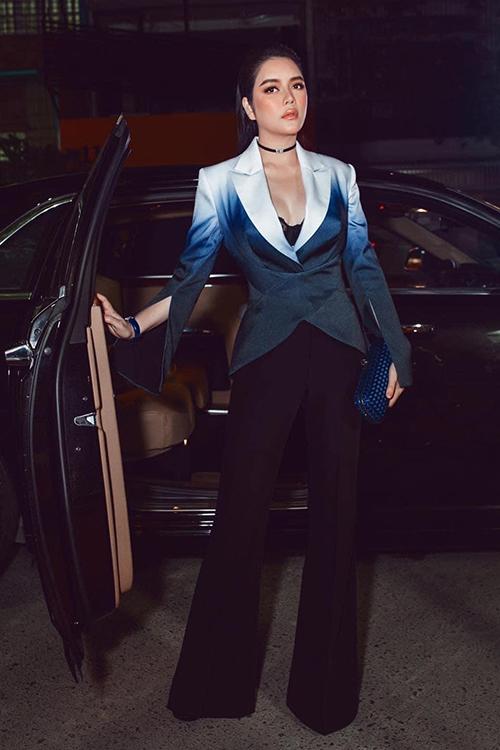 Áo vest màu omber được cách điệu phần tay và kết hợp nhịp nhàng cùng kiểu quần loe tôn dáng cho người mặc.
