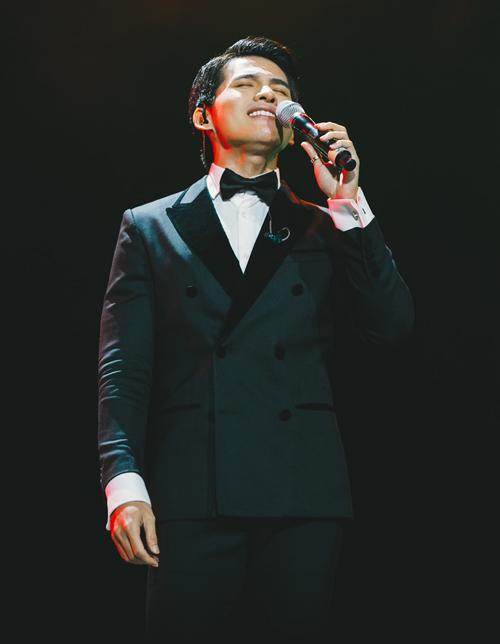 Ngoài tiết mục chung với Uyên Linh, Quốc Thiên còn solo ca khúc Mình yêu nhau từ kiếp nào.