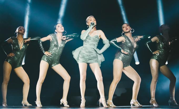 Tóc Tiên theo chồng nhưng không bỏ cuộc chơi. Cô cùng vũ đoàn khiến khán giả phấn khích với những bước nhảy sôi động, cuồng nhiệt.