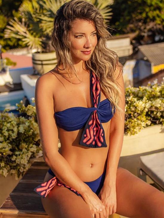 Daniella Alvarez cao 1,73m, sở hữu mái tóc vàng và đường nét gương mặt đẹp. Cô rất thích chụp ảnh bikini vì có vóc dáng chuẩn.