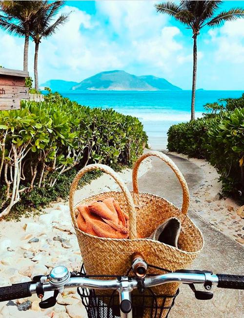 Bảo Thy đạp xe thảnh thơi quanh những con đường nhỏ dẫn ra biển. Sau cơn mưa, khung cảnh hòn đảo sáng sủa, đầy sức sống. Khu nghỉ ẩn mình trong rừng núi hoang sơ, được thiết kế bằng nguyên liệu tự nhiên, mang dấu ấn làng chài Việt Nam. Từ đây tới sân bay Côn Sơn chỉ mất 15 phút.