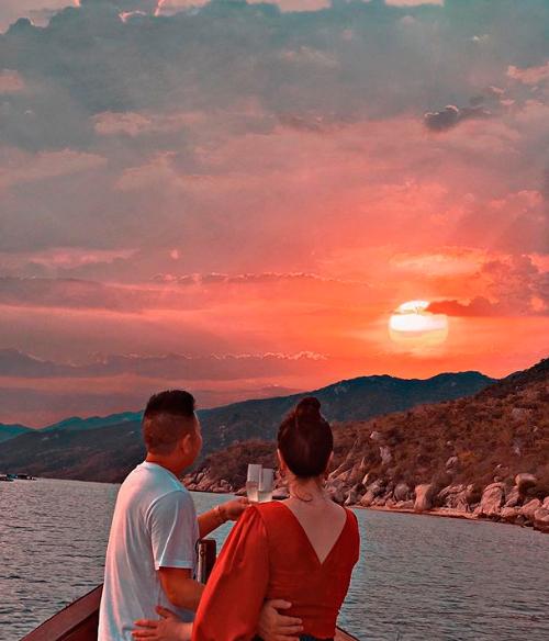 Hai vợ chồng Bảo Thy đặt bữa tối lãng mạn trên biển, ngắm hoàng hôn vào ngày lễ kỷ niệm. Cô chia sẻ: Thy đặt hai căn villa trong chuyến nghỉ dưỡng này. Water villa trên mặt nước, đêm ngủ nghe tiếng sóng biển rì rào, cảm giác giống hệt đợt Thy ở Maldives. Từ phòng nhìn xuống thấy từng đàn cá bơi, cua, ghẹ.... Giọng ca Là con gái phải xinh khá bất ngờ vì không ngờ ở Việt Nam có những cảnh đẹp tuyệt vời đến vậy.