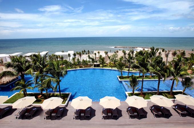 Với 126 phòng sang trọng, hầu hết các căn hộ và biệt thự ở đây đều hướng ra biển. Cảnh quan trong khu nghỉ được thiết kế hài hòa với những bãi cỏ xanh mướt, hồ nước trong vắt, chảy róc rách, hồ bơi view ra biển