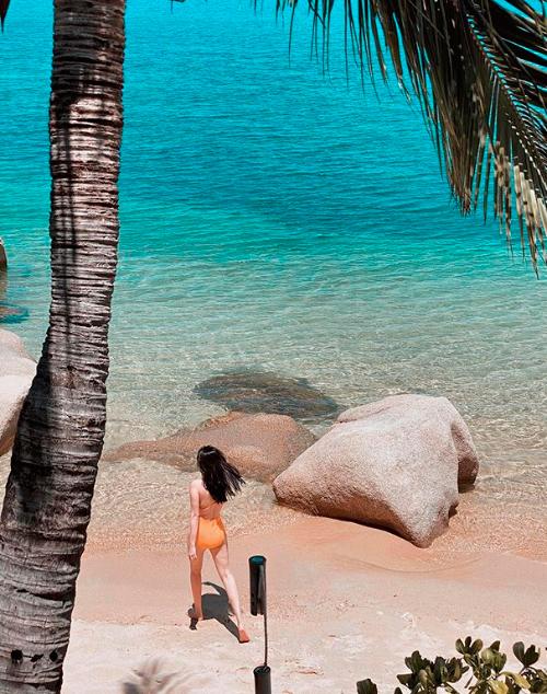Dù người đẹp không check in tiết lộ địa điểm, các fan vẫn nhanh chóng chỉ điểm khu resort mang tênThe Cliff Resort & Residences nằm ngay sát biển. Sở hữu vị trí độc đáo, nằm trên dốc đá thoai thoải dần về phía biển, khu nghỉ còn có một bãi biển riêng, nước trong vắt, xanh ngọc bích bên bóng dừa thơ mộng.
