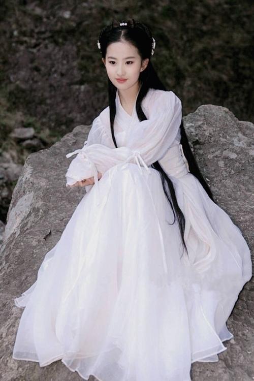 TrướcThần điêu đại hiệp, Lưu Diệc Phi từng ghi dấu trong các phimGia tộc kim phấn, Thiên long bát bộ, Tiên kiếm kỳ hiệp truyện.Dù đóng không quá nhiều phim, Lưu Diệc Phi là một trong các sao nữ đắt giá nhất tại Trung Quốc, cũng là một trong các đại diện của showbiz Hoa ngữ tại Hollywood. Hiện tại, cô có phimHoa Mộc Lan (Mulan)bị lùi chiếu rạp do Covid-19.