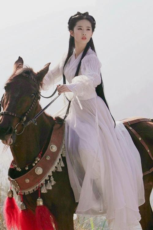 Lưu Diệc Phi nhận vai Tiểu Long Nữ khi 18 tuổi, sau ba năm vào nghề. Dù diễn xuất nhận đánh giá trái chiều, cô được ghi nhận là một trong những người hợp vai Tiểu Long Nữ nhất, bên cạnh Trần Ngọc Liên trong bản phim 1983 và Lý Nhược Đồng của phiên bản 1995.