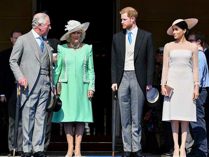 Nhà Sussex trong bữa tiệc mừng sinh nhật Thái tử Charles ở Điện Buckingham hôm 22/5/2018. Ảnh: Rex.