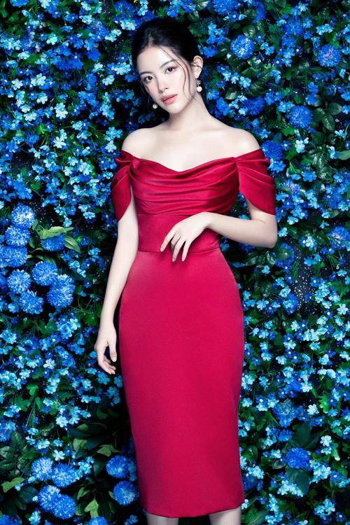 Ngoài váy thêu theo khuynh hướng thịnh hành, các mẫu đầm sexy mang nét đặc trưng trong thiết kế của Đỗ Long tiếp tục được khai thác.