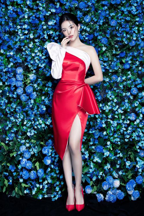 Đầm bất đối xứng đi kèm chi tiết xẻ cao sẽ giúp các nàng nổi bật trong các buổi tiệc mùa hè.