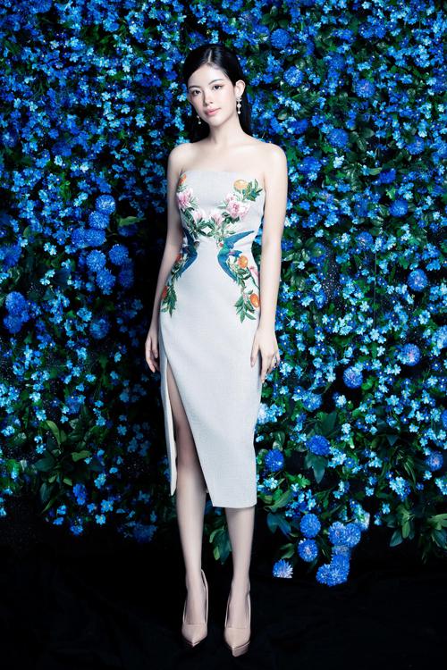 Hoa thêu với nhiều kiểu dáng được chọn lựa để trang trí cho các mẫu váy liền thân, đầm xẻ sexy.