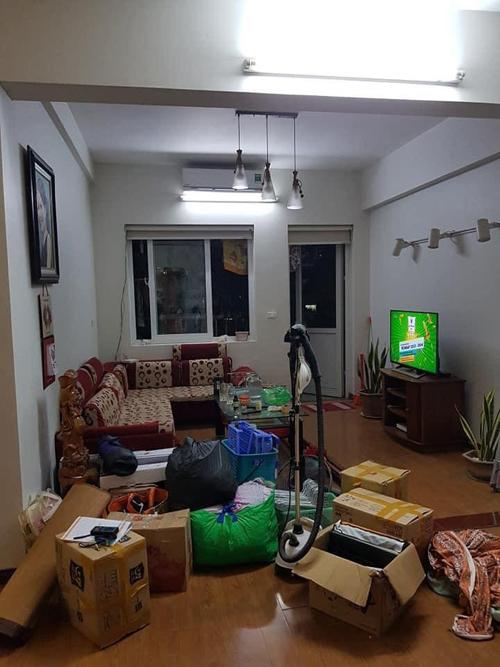 Phòng khách trước cải tạo. Nhà có nhiều nội thất cũ, không thể tái sử dụng.