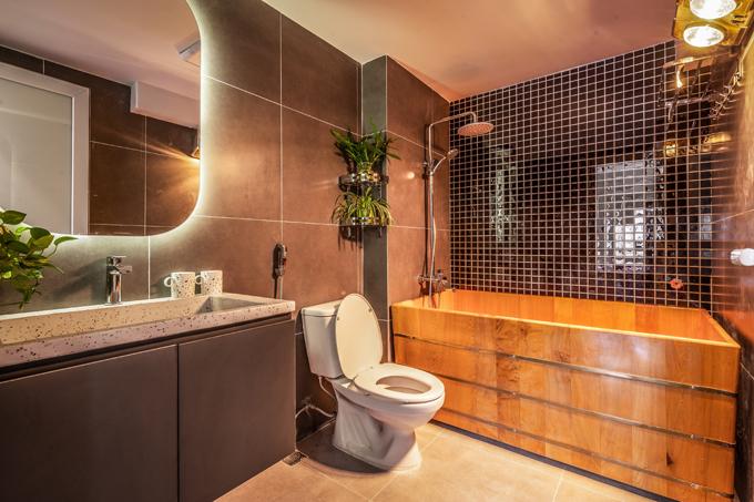 Nhà WC mang phong cách tối giản, được ốp gạch toàn bộ tường để dễ vệ sinh, tẩy rửa.