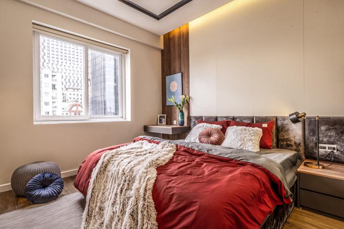 Phòng ngủtối giản về nội thất, sử dụng không quá nhiều đồ đạc nhưng vẫn đáp ứng đầy đủ tiện nghi cần thiết.Ngoài ra, các sản phẩm làm bằng vải, gỗ, thủy tinh xuất hiện trong phòng ngủ với mục đích tô điểm không gian sống.