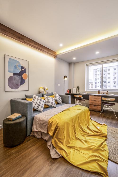 Phòng làm việc kiêm phòng ngủ mang tông màu tươi sáng. Nơi này có bộ ghế sofa đa chức năng, vừa làm sofa tiếp khách vừa kiêm giường ngủ.