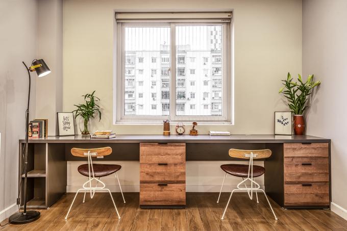 Khu vực bàn làm việc đón được nắng tự nhiên, không chỉ mang đến năng lượng cho căn phòng mà cả gia chủ.