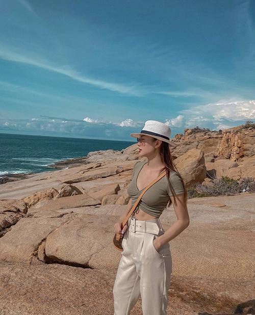 Không diện các mẫu váy bay bổng như nhiều sao Việt, Minh Hằng chọn áo crop-top để tôn nét sexy và khoẻ khoắn.