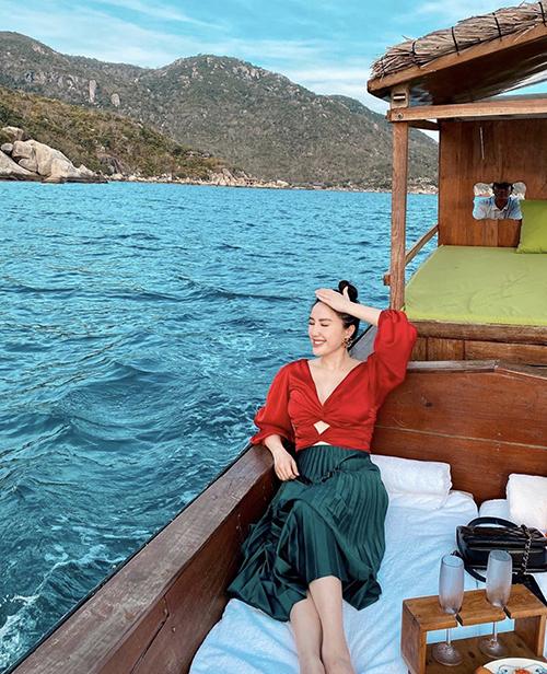 Bảo Thy chọn chân váy xếp ly hot trend 2020 để mix cùng áo cut-out khi đi tham quan vịnh Ninh Vân.