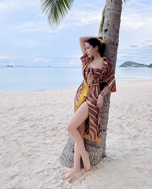 Hoa hậu Kỳ Duyên khoe dáng gợi cảm khi diện áo quây từ khắn quấn và áo choàng đồng điệu hoạ tiết.