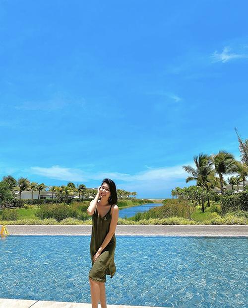 Ngoài các mẫu áo tắm sexy, diễn viên Thuý Vân chọn thêm váy lụa mềm mại khi đi du lịch vào mùa hè.