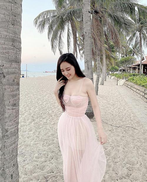 Váy hai dây thiết kế trên chất liệu vải voan mỏng, trong suốt là trang phục được hoa hậu Mai Phương Thuý chọn lựa khi đi dạo biển.