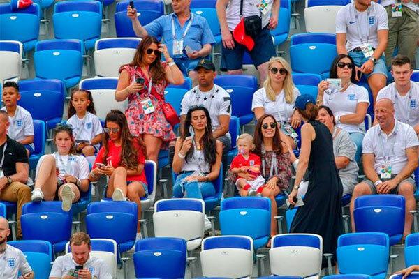 Vợ, bạn gái tuyển thủ Anh ngồi trên khán đài tại World Cup 2018. Ảnh: Mirror.