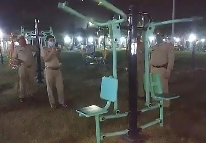 Cảnh sát Jhansi, bang Uttar Pradesh, Ấn Độ phá vụ án máy tự gym tự hoạt động trong công viên hôm 11/6. Ảnh: Cen.