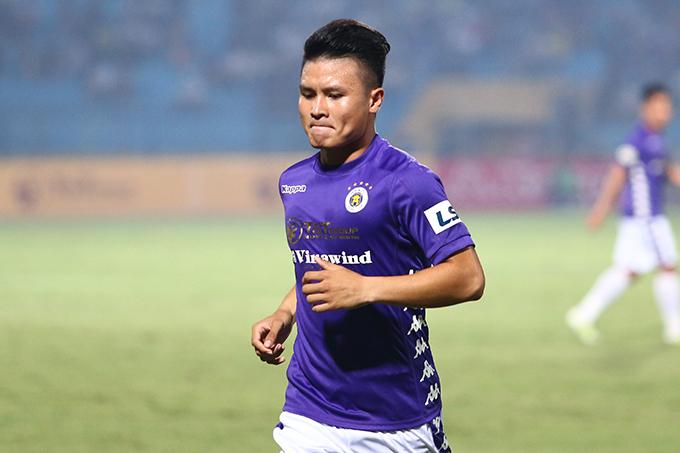 Quang Hải bị đau từ trận gặp HAGL nhưng vẫn cố đá ở trận gặp Hà Tĩnh. Ảnh: Đương Phạm.
