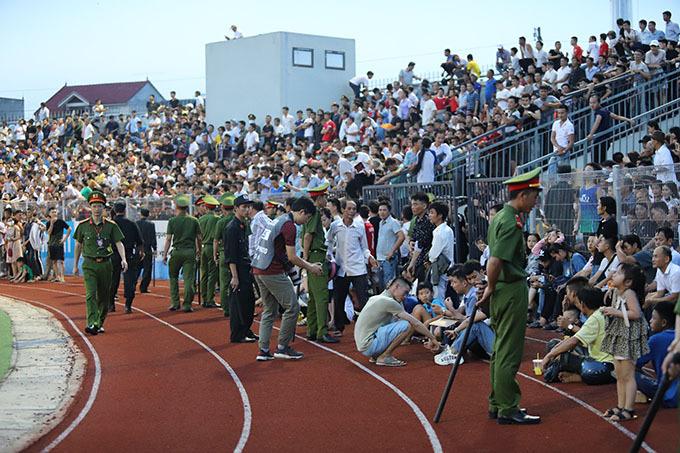 CĐV tràn xuống đường piste trong trận đấu giữa Hồng Lĩnh Hà Tĩnh và Hà Nội hôm 12/6. Ảnh: Đức Hùng.
