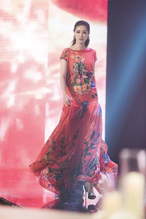 Khánh Vân thướt tha với một chiếc váy gam màu cam.