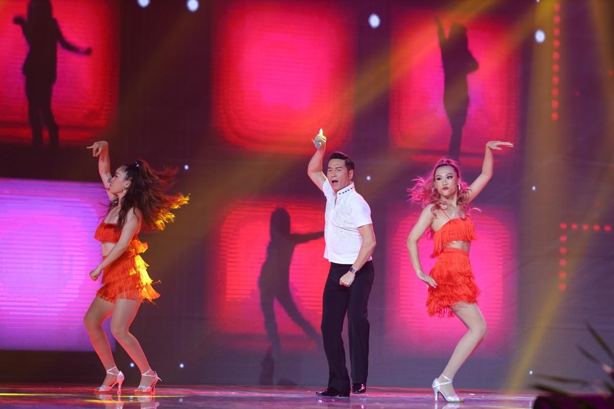 Ca sĩhải ngoại Nguyễn Hưng cùng vũ đoàn mang đến vũ điệu Mỹ La tinh nóng bỏng.