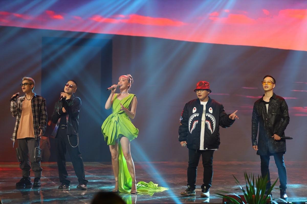 Khán giả còn được thưởng thức những nhạc phẩm chất của Tóc Tiên và DA LAB.