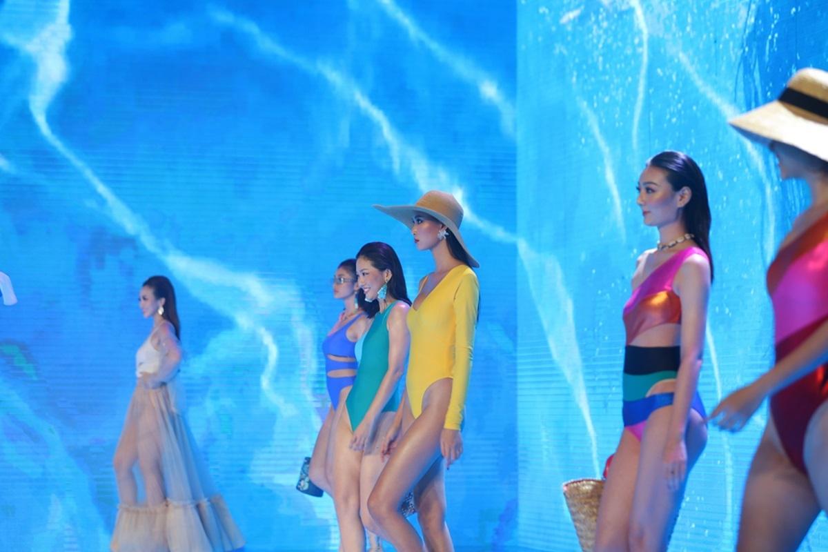 Dàn mẫu diện bikini giữa bối cảnh hồ bơi tăng thêm sôi động cho màn trình diễn của Bảo Anh.